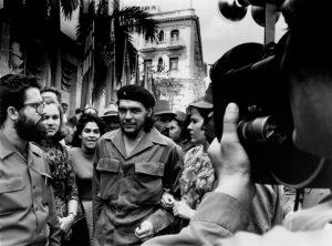 """"""" Ο Τσε Γκεβάρα να περπατά στη δεκαετία του 1960 στην Αβάνα""""H φωτογραφία κυκλοφόρησε συη La Fabrica την 1η Σεπτεμβρίου 2008 δείχνει """". Η φωτογραφία τραβήχτηκε από τον κουβανό φωτογράφο Alberto Korda και περιλαμβάνεται στο βιβλίο """"Korda, conocido, desconocido"""" που εκδόθηκε από τη La Fabrica και αφιερώθηκε στα έργα της Korda."""